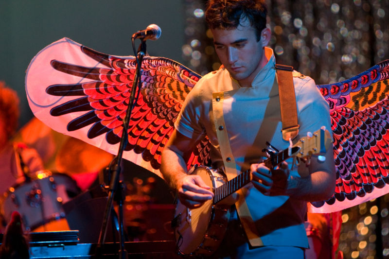 http://fpcbmodernworship.files.wordpress.com/2009/11/800px-sufjan_stevens_playing_banjo.jpg